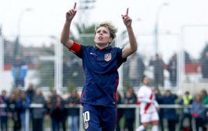 Amanda (23) con los brazos en alto celebrando un gol.