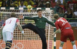 Niklas Landin, en un lanzamiento de siete metros de Bielecki.