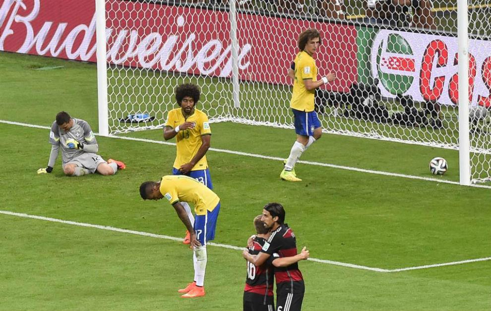 Khedira y Lahm celebran el 0-6 de Alemania mientras los brasileños se...
