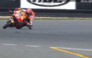 M�rquez salva una ca�da apoyando la rodilla y el codo en el asfalto.