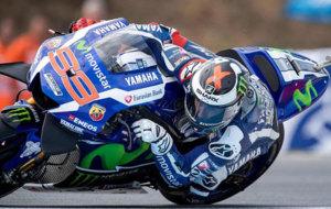 Lorenzo se tumba con su Yamaha en Brno.