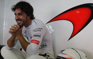Fernando Alonso, en el box de McLaren Honda del Gran Premio de...
