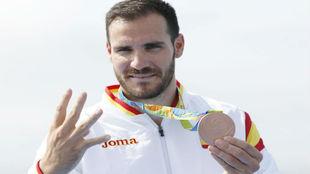Saúl Craviotto posa con la medalla de bronce en K1 200