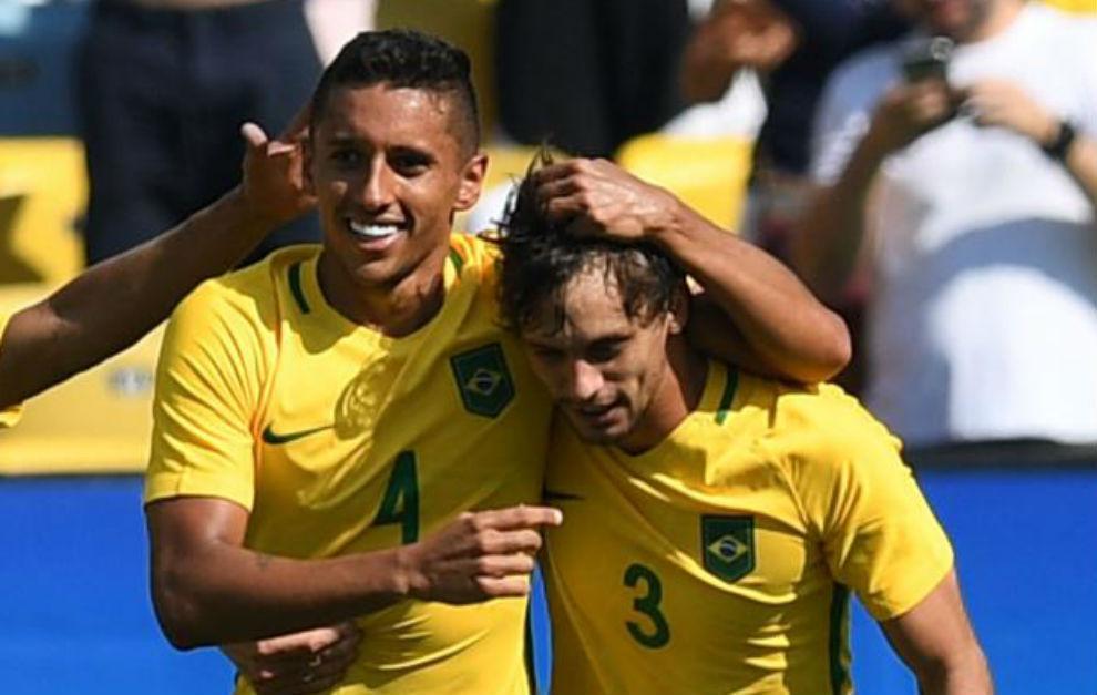 Marquinhos se abraza a Rodrigo Caio tras lograr el 4-0 ante Honduras.