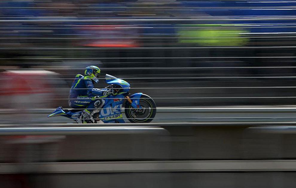 Aleix Espargaró hace un 'wheelie' con su Suzuki en Brno.