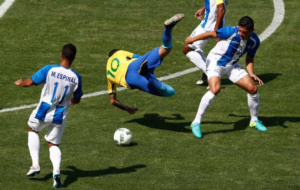 Neymar cae al suelo después de ser derribado por Jonathan Paz.