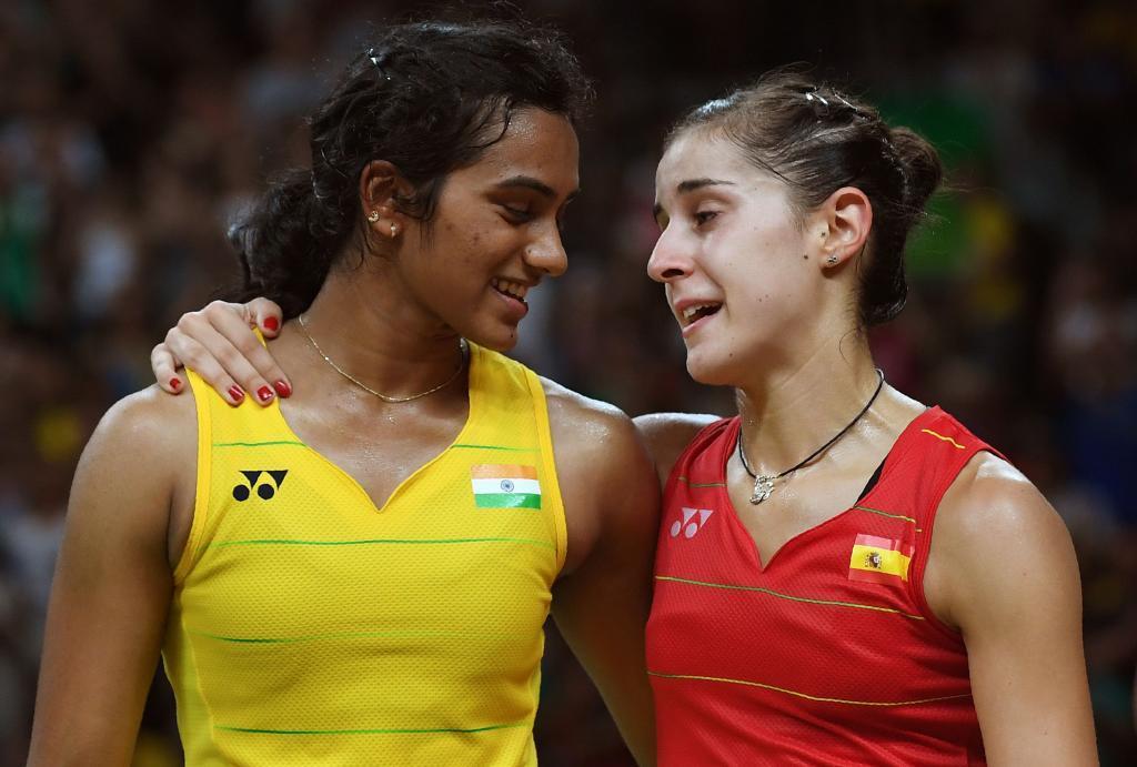 Pusarla V. Sindhu junto a Carolina Marín tras la final en Río.