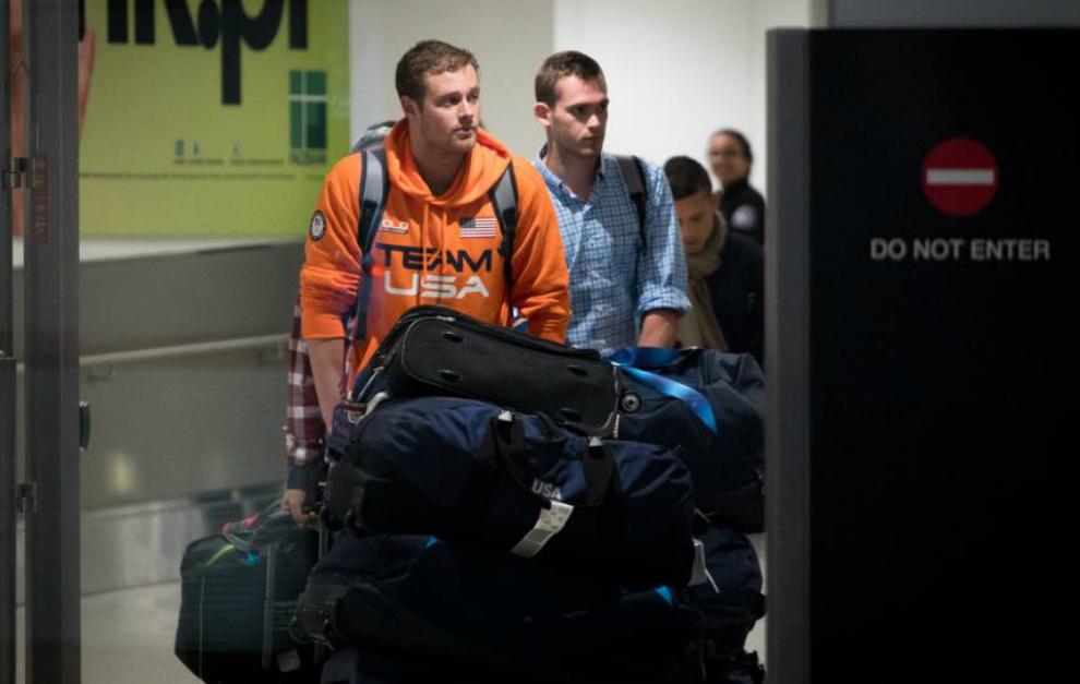 Jack Conger  y Gunnar Bentz  a su llegada a la terminal internacional...