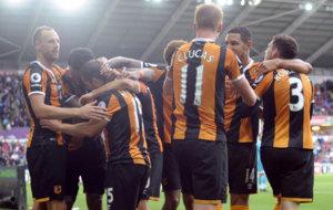 Los jugadores del Hull celebran uno de sus goles al Swansea.