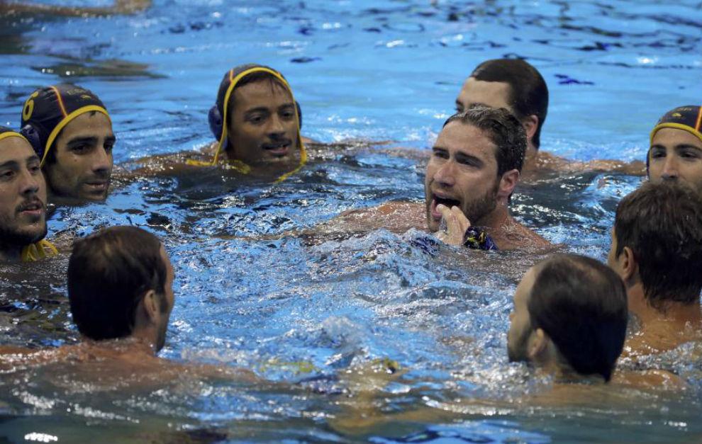 El equipo español de waterpolo celebra la victoria ante Brasil.