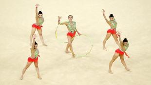 El equipo español, durante el ejercicio de aros y mazas.