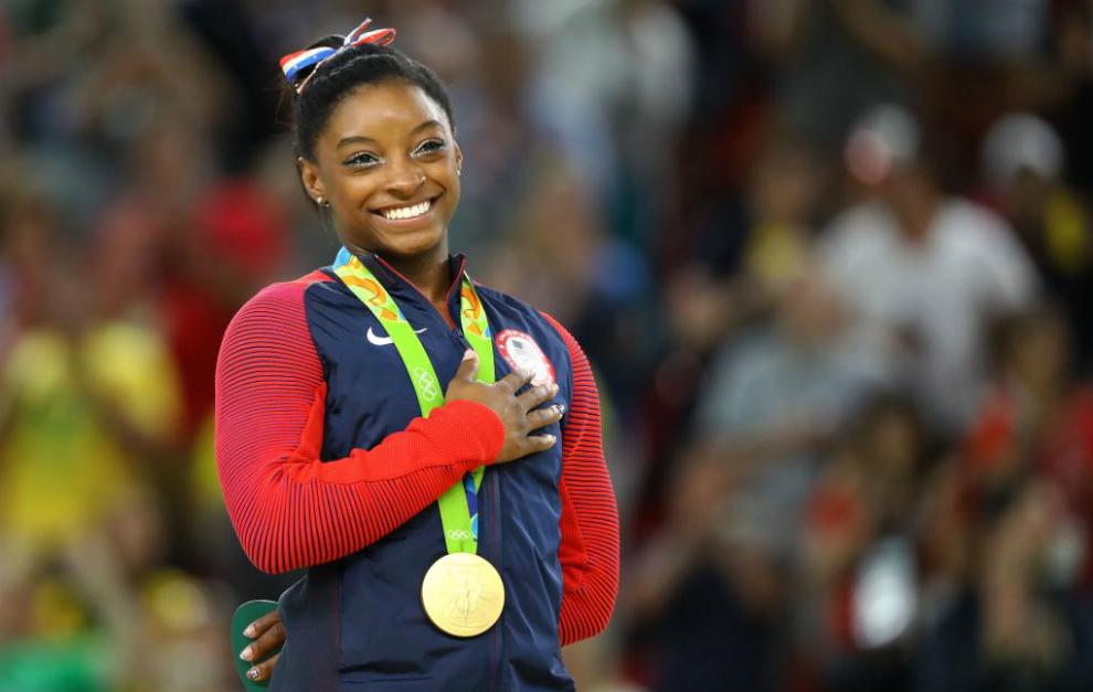 Simone Biles portando uno de sus oros conseguidos en Brasil