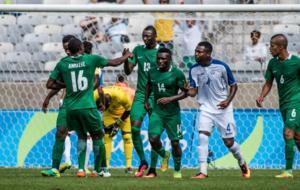Umar Sadiq recibe la felicitación de sus compañeros tras marcar el...