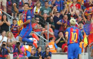 Su�rez celebra uno de los goles que meti� contra el Betis.