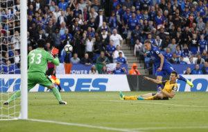 Vardy dispara fuera una de las ocasiones del Leicester.