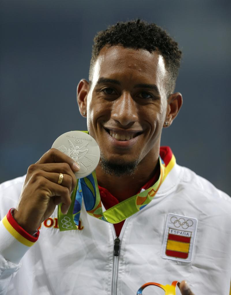 Orlando Ortega posa con su medalla de plata en Río de Janeiro.