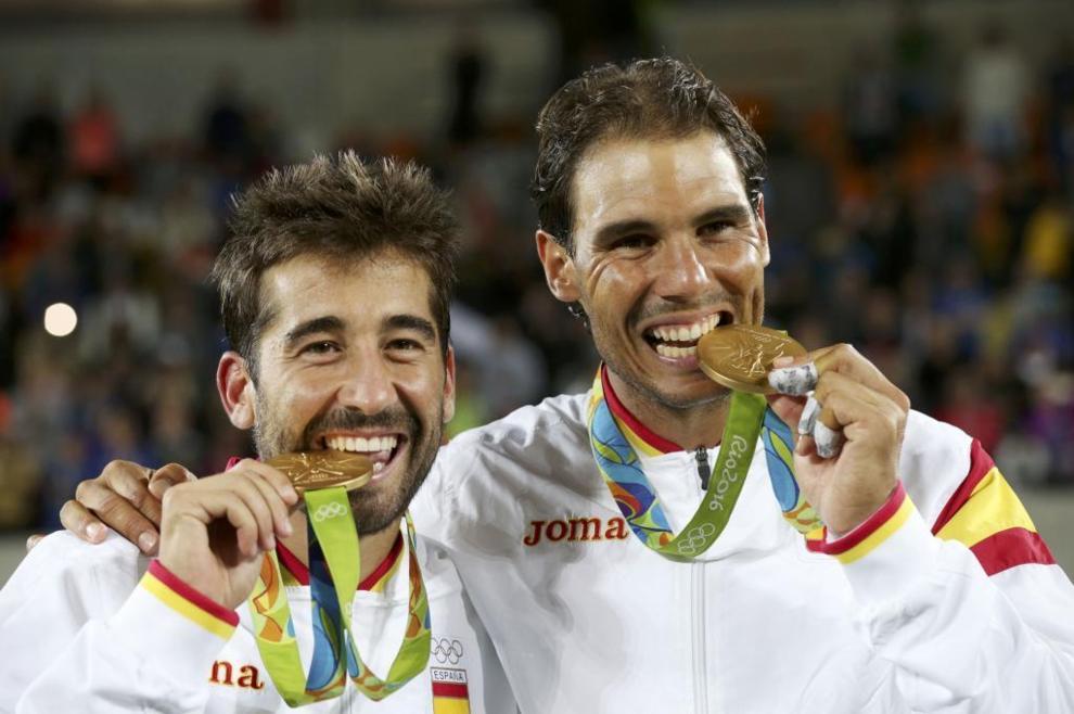 Marc López y Rafa Nadal posan con su medalla de oro en Río de...