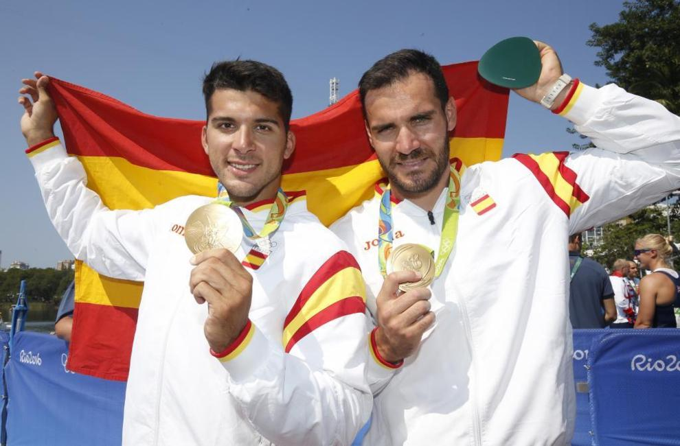 Cristian Toro y Saúl Craviotto posan con su medalla de oro en Río de...