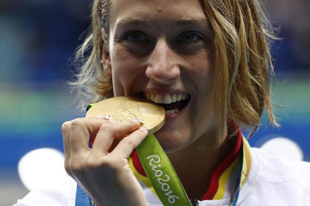 Mireia Belmonte posa con su medalla de oro en Río de Janeiro.