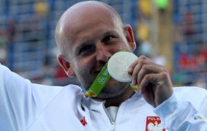 Piotr Malachowski recogiendo su medalla de plata en R�o
