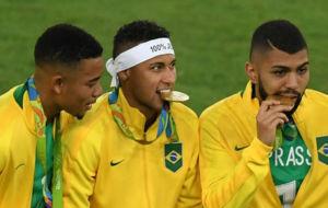 Neymar muerde su medalla. Le ha costado, pero lo ha conseguido junto...
