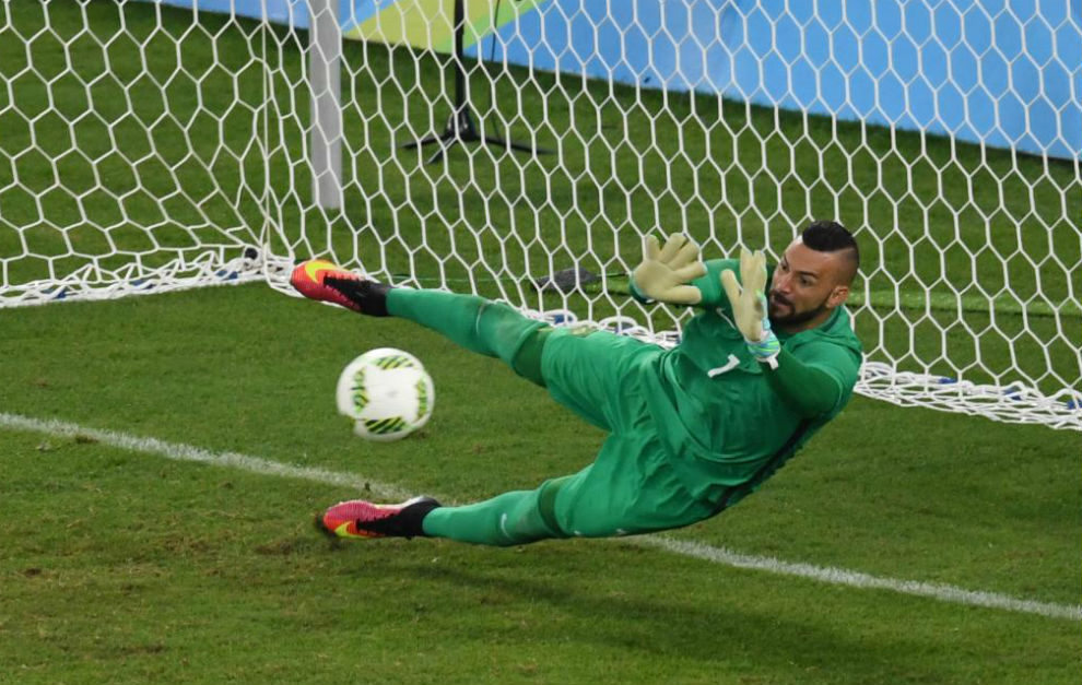 Weverton detiene el penalti decisivo a Petersen.