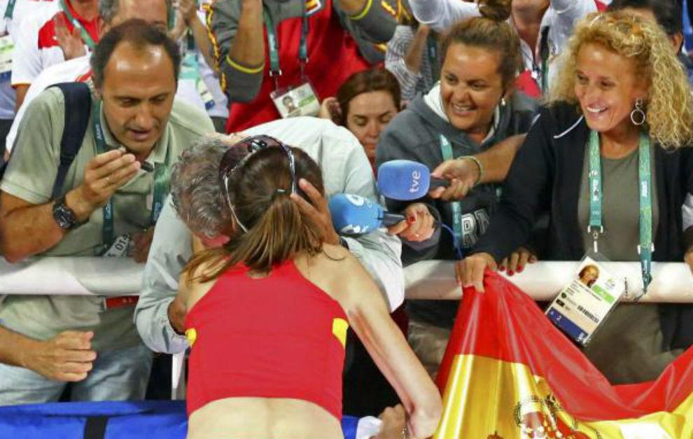 Ruth se abraza con Torralbo, en presencia de su mánager Julia...