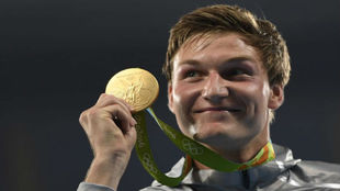 Thomas Röhler muestra orgulloso su medalla.