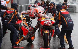 Marc M�rquez se resbala al ensayar el cambio de moto en el 'warm...