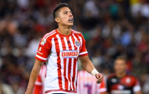 Carlos Salcedo, en un partido con Chivas.