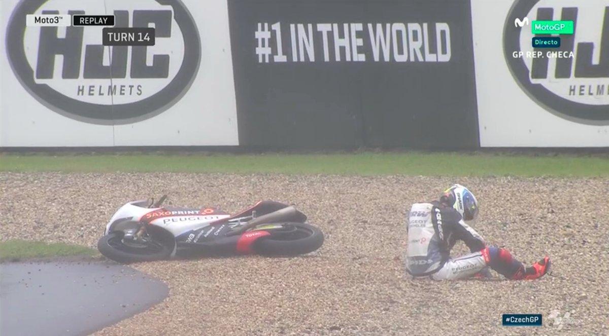 Brad Binder se cayó cuando lideraba la carrera.