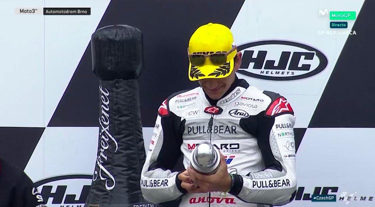 Jorge Martín examina su trofeo en el podio de Brno.