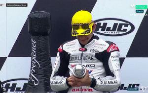 Jorge Mart�n observa y trofeo en el podio de Brno.