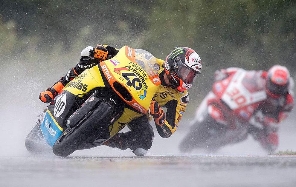 Álex Rins pilota su Kalex durante el GP de la República Checa de...