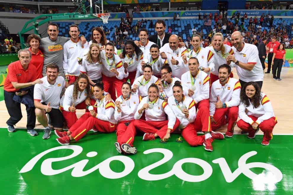 La selección femenina de baloncesto posa con su medalla de plata en...