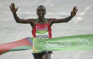 Eliud Kipchoge al cruzar la l�nea de meta en R�o.