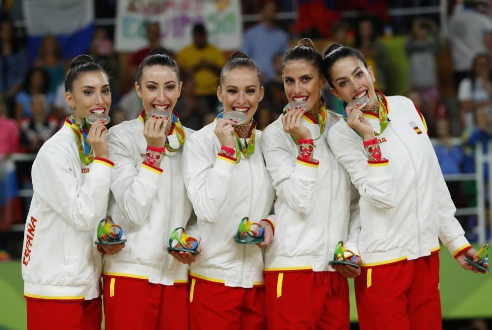 La selección de gimnasia rítmica posa con su medalla de plata en...