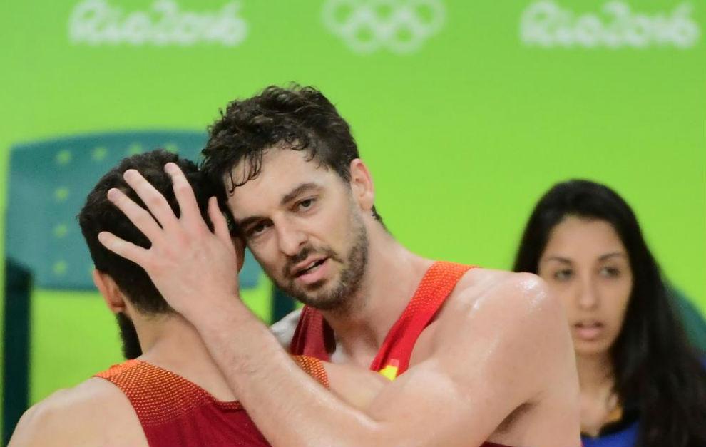 Pau Gasol se abraza con un Nikola Mirotic.