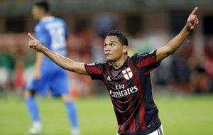 Carlos Bacca celebra un gol con el Milan.