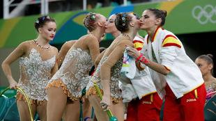 Las integrantes del equipo español saludan a las del equipo ruso.
