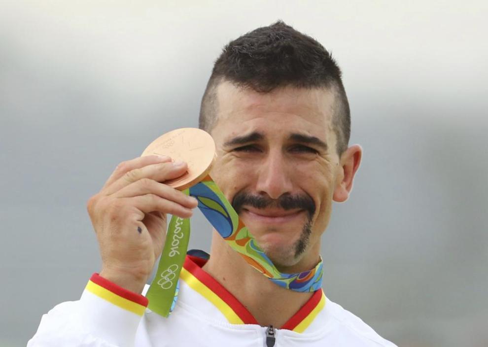 Carlos Coloma posa con su medalla de bronce en Río de Janeiro.