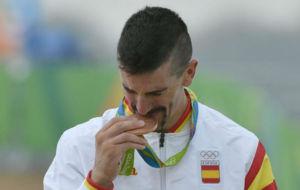 Carlos Coloma besa la medalla de bronce conquistada en Río.