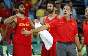 Scariolo pide calma al banquillo con Ricky en primer plano.