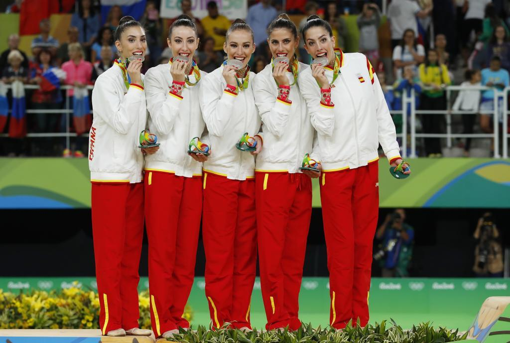 Lourdes Mohedano, segunda por la izquierda, muerde la medalla de...