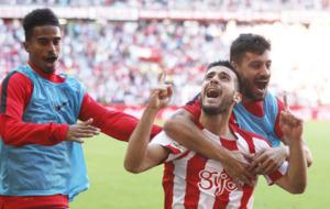 Afif, Y Canella felicitan a V�ctor Rodr�guez  tras marcar el gol de...