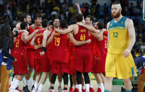 La Selección Española celebra la victoria en el partido por el...