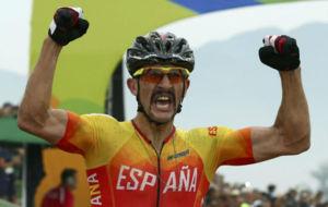 Coloma celebra el bronce nada más cruzar la línea de meta.