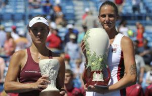 Kerber y Pliskova, durante la entrega de trofeos