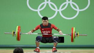 Chagnaadorj Usukhbayar durante la prueba de levantamiento de peso en...