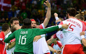 Los jugadores daneses celebran su triunfo al t�rmino de la final.